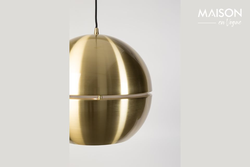 Its round shape and the shine of the brass-plated brass are enhanced by the fine horizontal opening