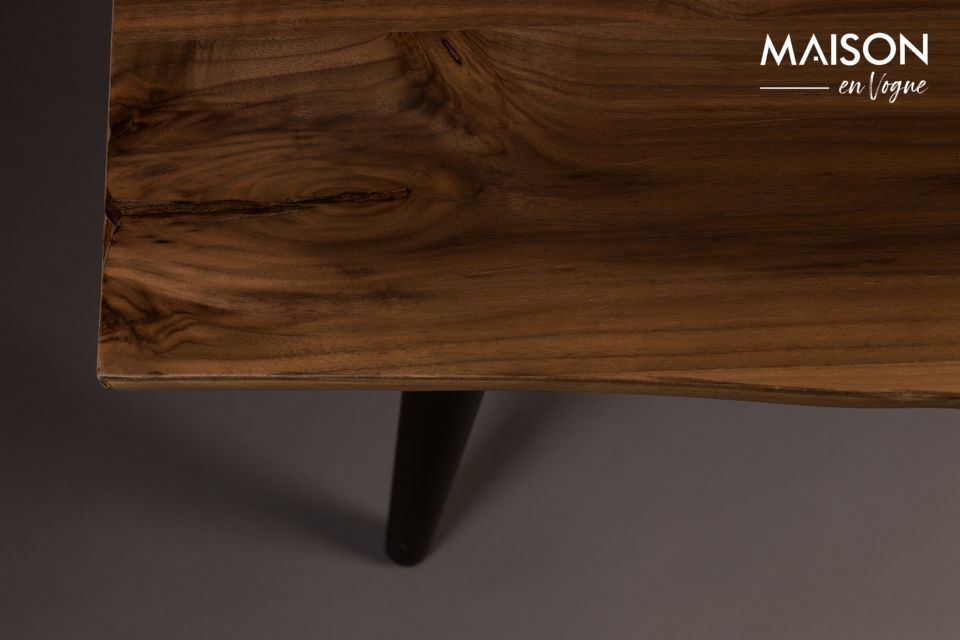 To create an industrial atmosphere in your dining room, place the Alagon bench around your table