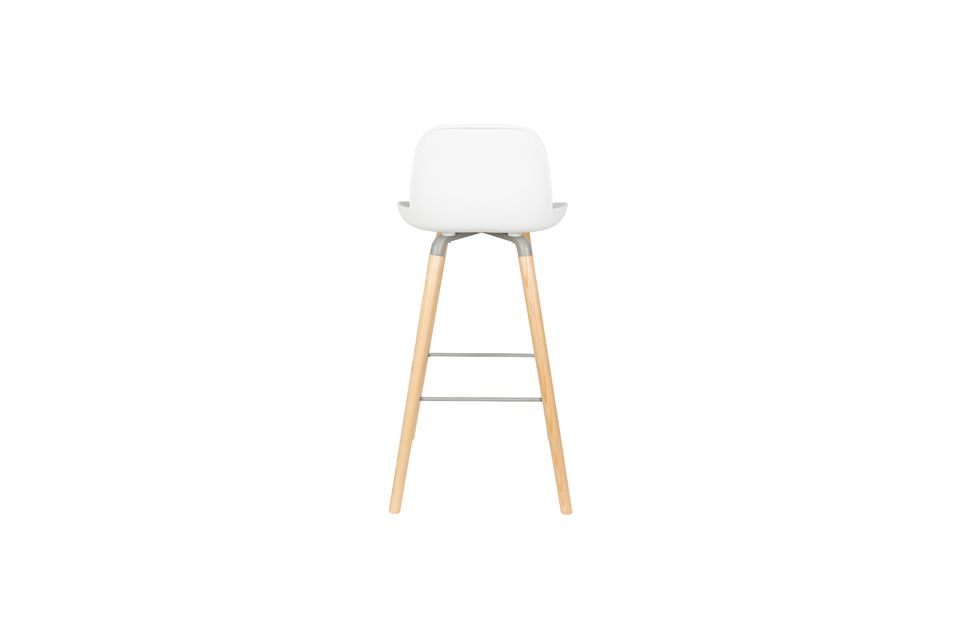 The solid ash wood legs and the aluminium frame and footrests provide a contrast and ensure a