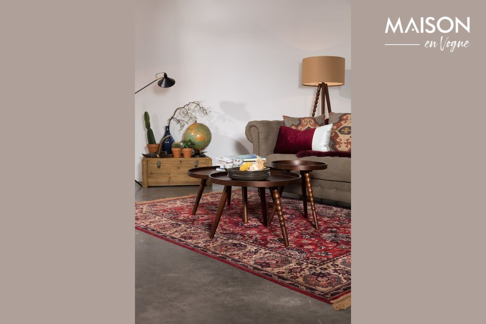 Its table top is very practical for aperitifs in the living room, as it has a relatively high rim