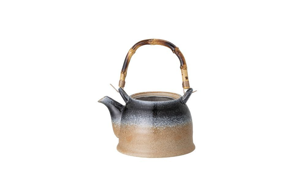 The spout has a sieve ideal for loose tea