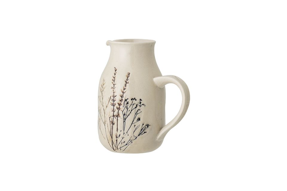 Its country decorations accentuate this assertive vintage style with fine shrubs coloured in brown