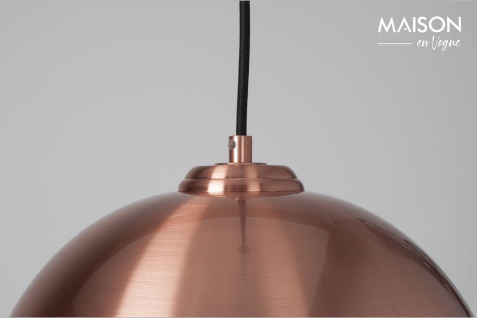 Supported by a black base and cable, this lamp is an essential element of industrial style