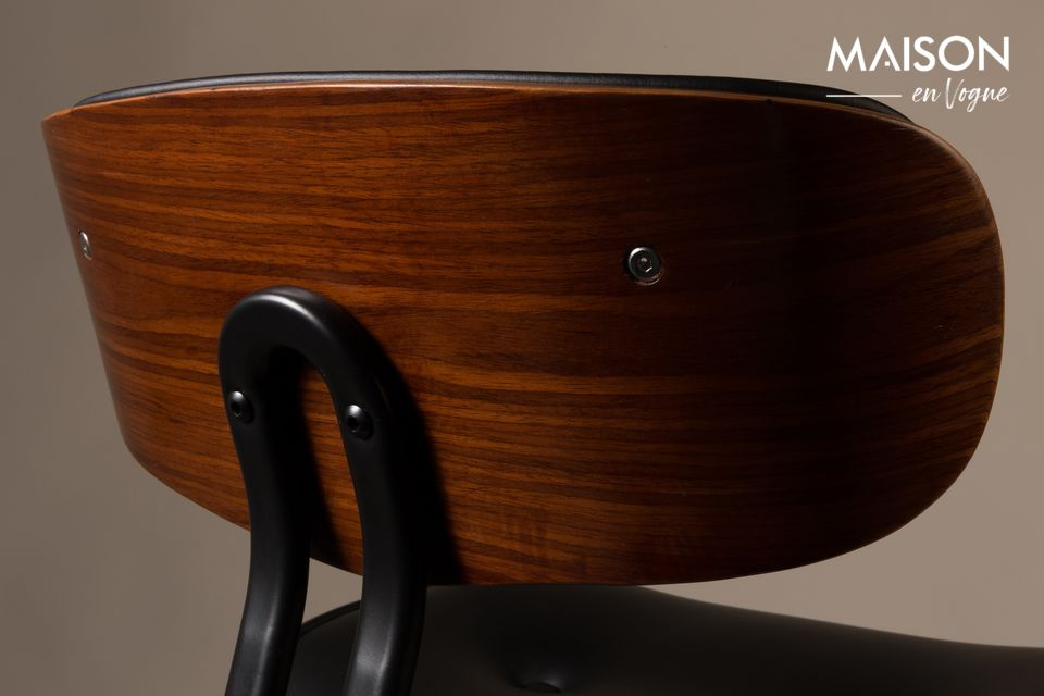 The legs and the base of the seat are in laminated plywood with walnut veneer