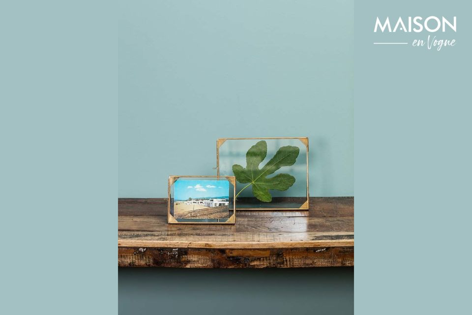 A sober but refined glass frame