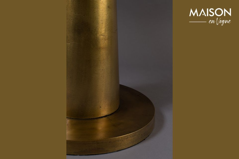 This aluminium side table gives an oriental touch with its 63 cm matt gold lacquered top