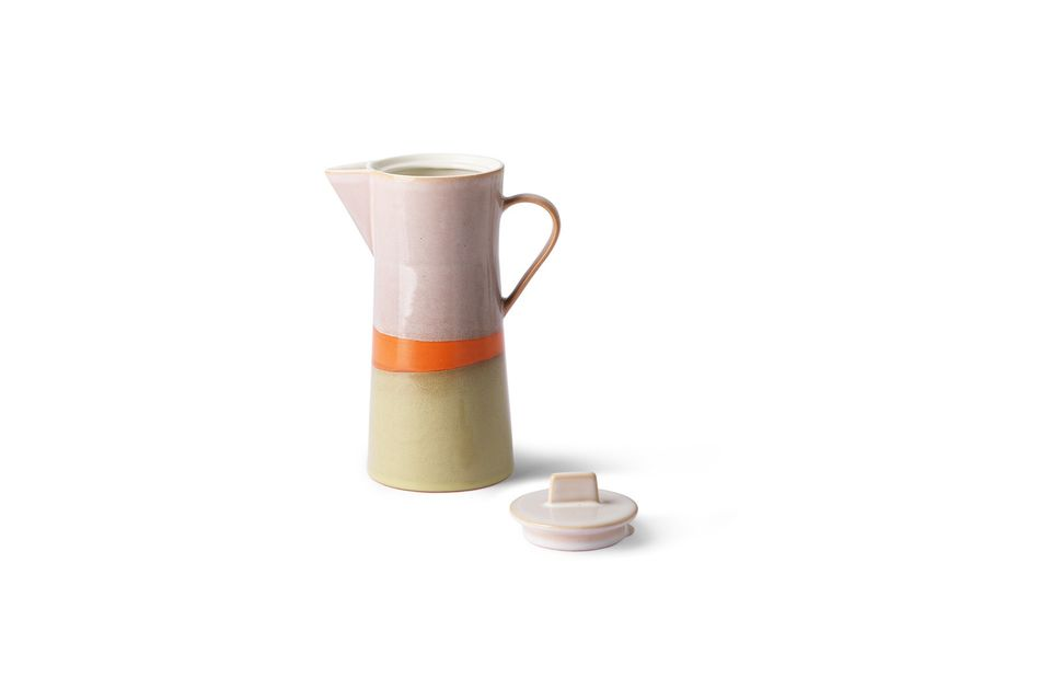 With a lid, it offers a retro design in three colours, orange, yellow and cream with a pink tinge