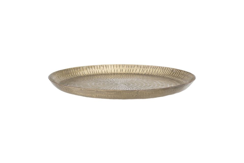 Its hammered patterns meet in its centre, in an elegant style inspired by oriental tableware
