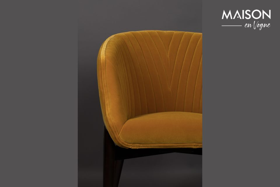 Its dense upholstery and the silky touch of its velvet are synonymous with a cosy and chic armchair