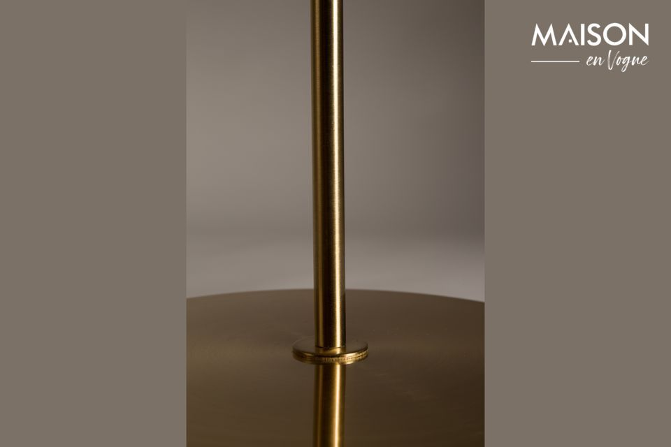This copper-plated floor lamp stands out by the sobriety of its shapes which make it a magnificent