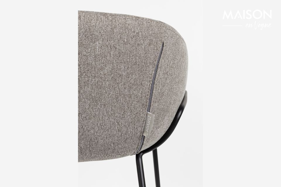 Its bucket shape punctuated with decorative seams accentuates the cocooning effect