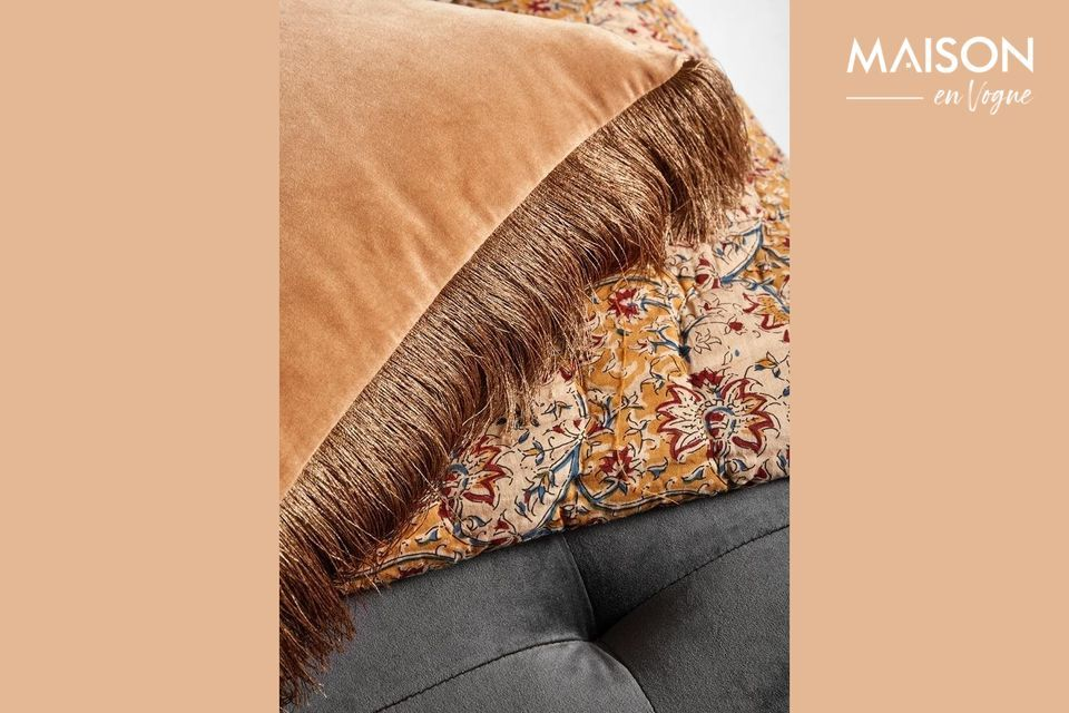 This velvet cushion cover with Nordal fringes will make an immediate impression thanks to its