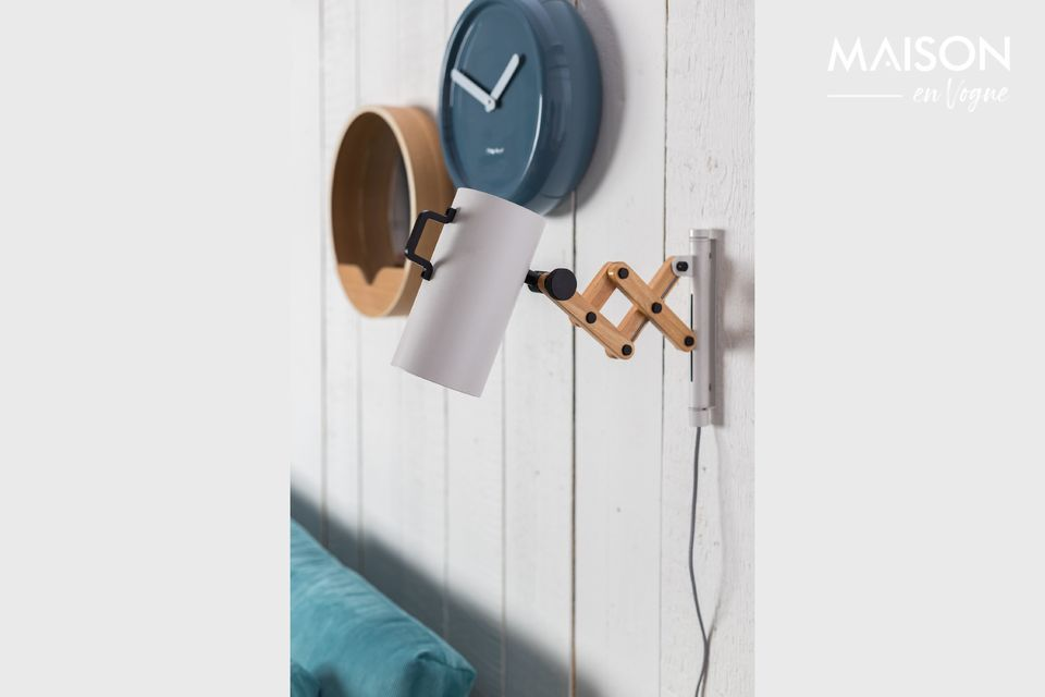 The white Flex wall light owes its name to the extendable arm