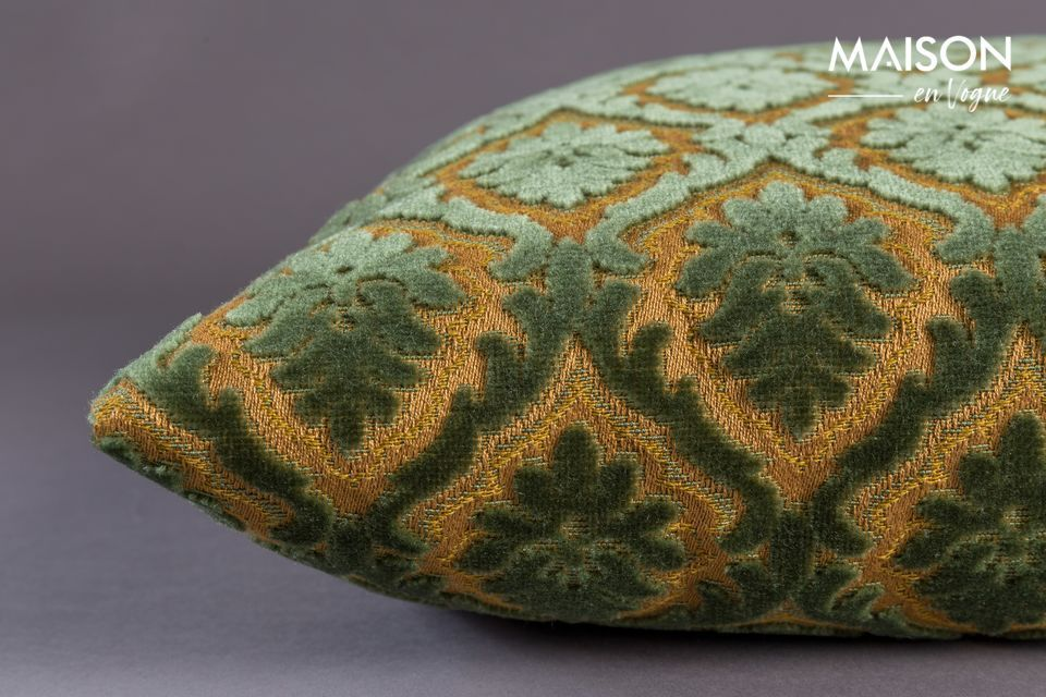 The alignment of these details and the luxurious touch of the Glory cushion assert its traditional