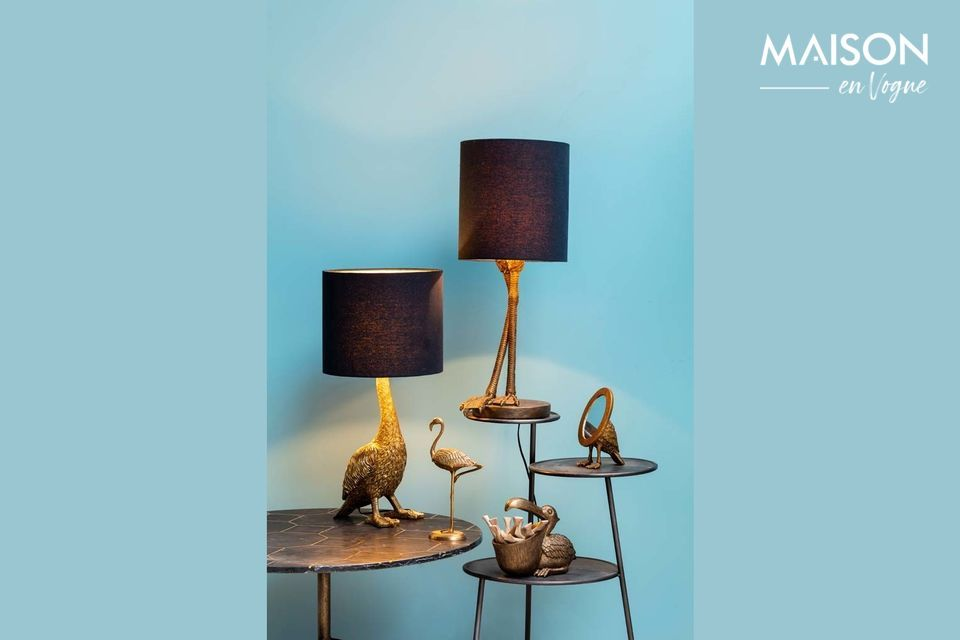 With its sober lampshade resting on a bird-shaped base, this decorative object brings a unique touch