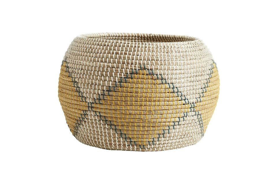 The Ilay wicker basket is a large sea rush basket with a diameter of 47 cm