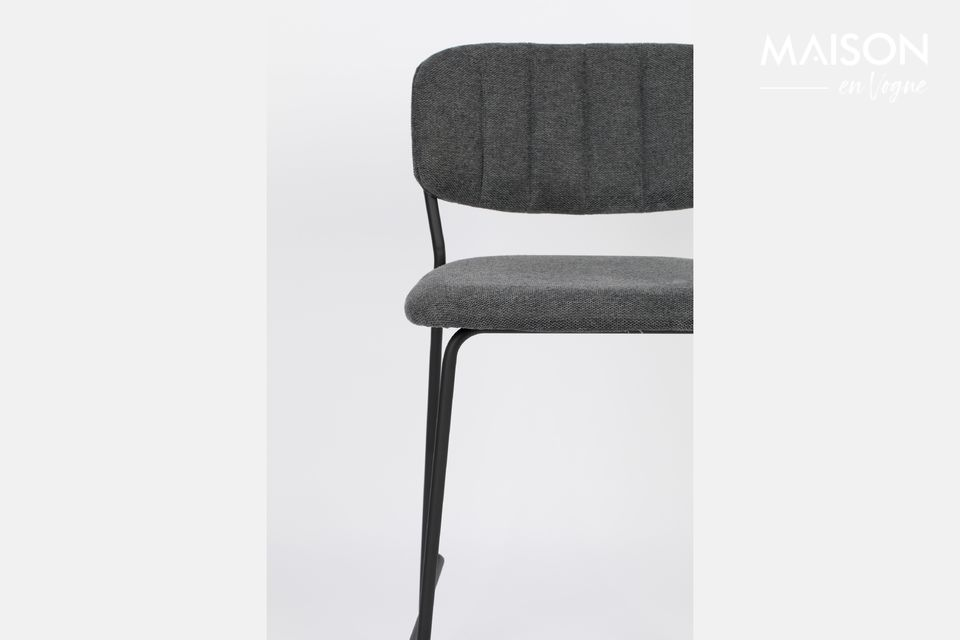 Its thin legs in black powder coated steel give it lightness and elegance