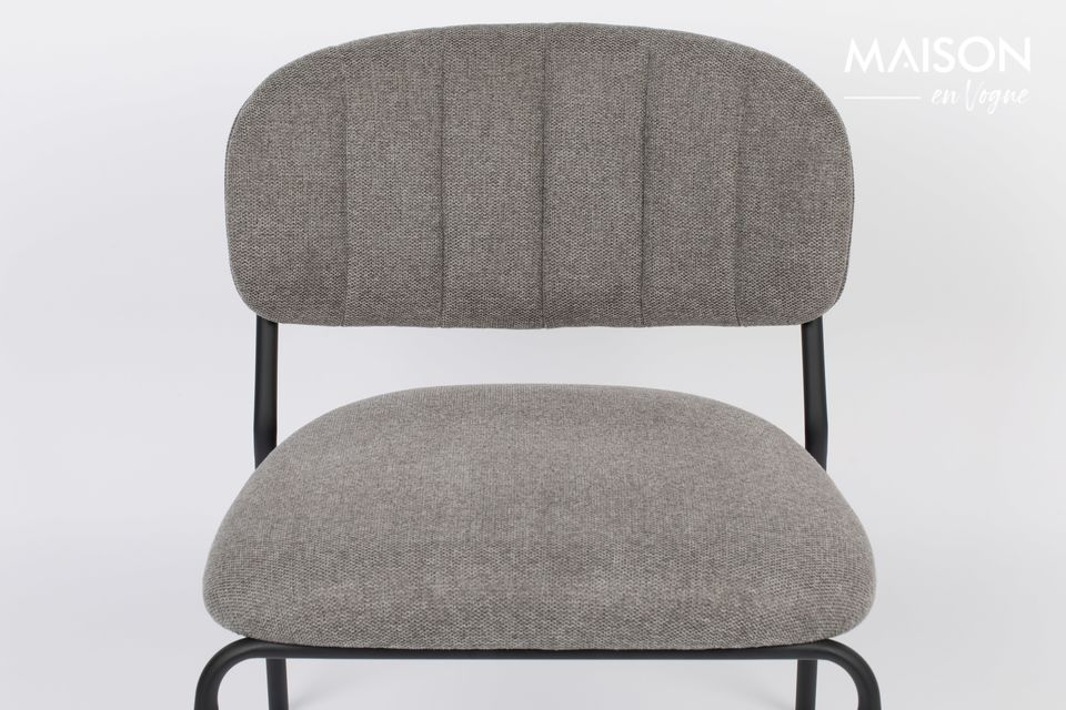 A lounge chair from white label living with sobriety but with an irreproachable comfortThis