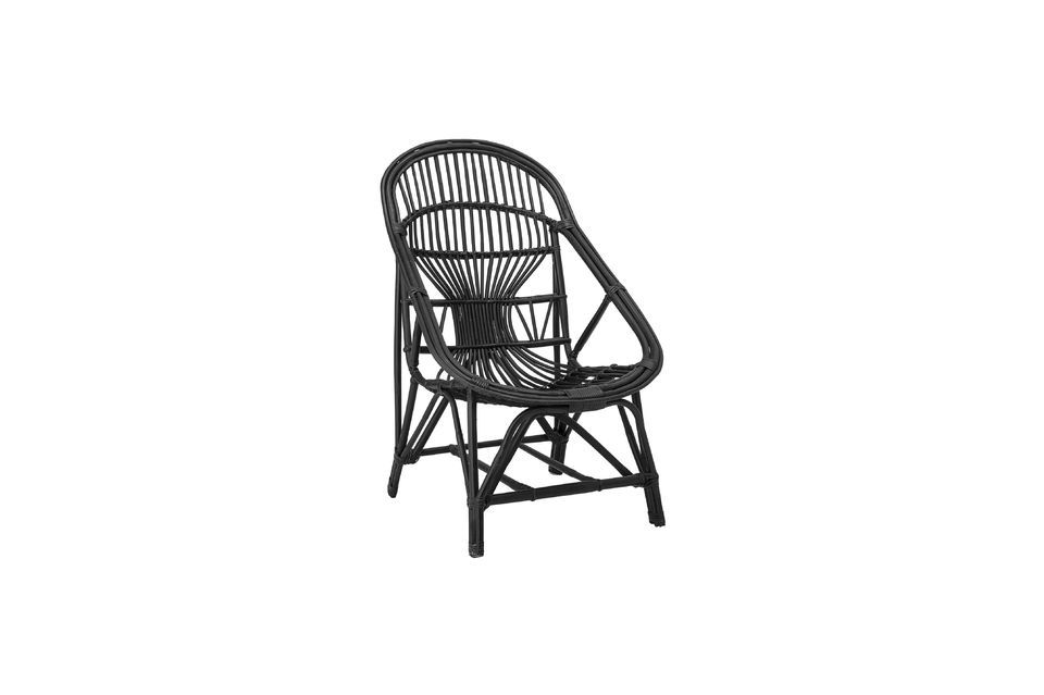 This lounge chair combines the elegance of the black colour with the natural originality of a rattan