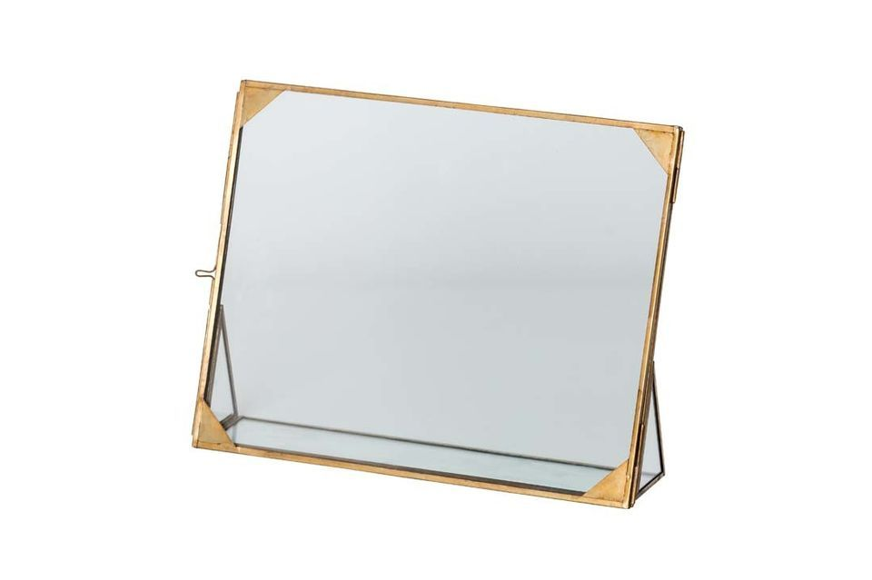 With its fine brass corners, the large Wamin glass frame is an elegant and refined decoration