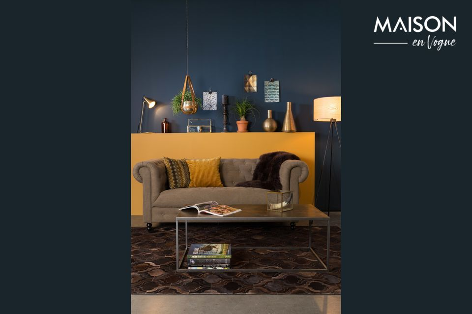 Its powder-grey lacquered iron frame adopts a cubic shape that modernizes this piece of furniture
