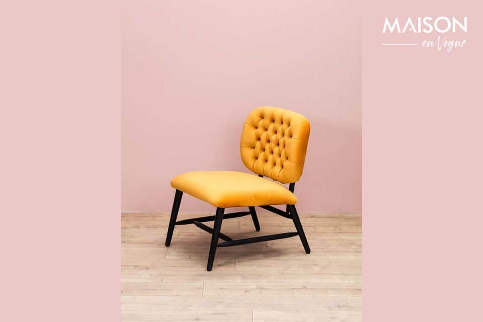 The originality of this armchair, however, lies mainly in its characteristic ochre colour