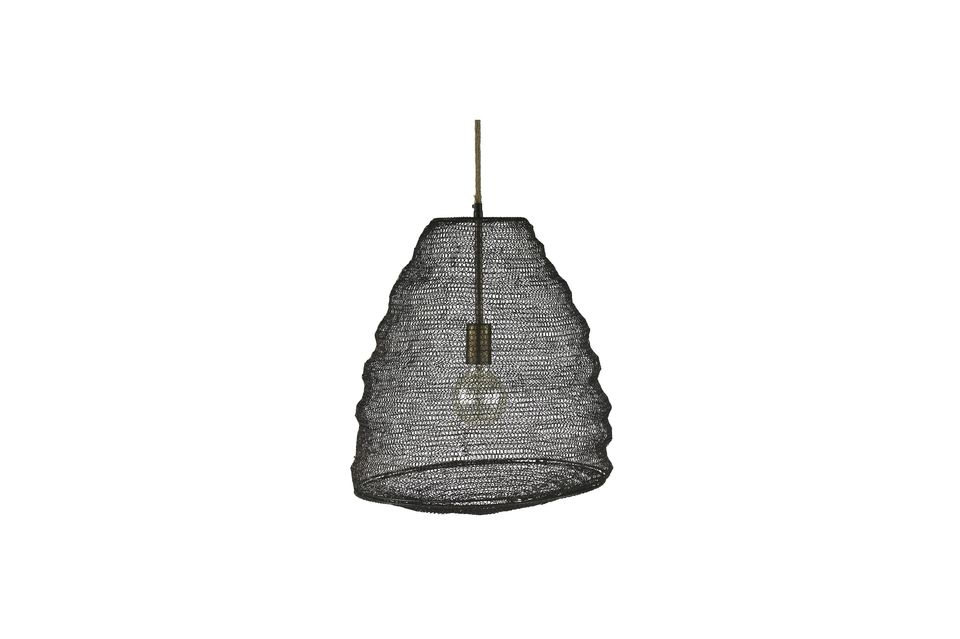 It is made of metal in the manner of a fishing net and evokes by far the shape of a swarm of bees