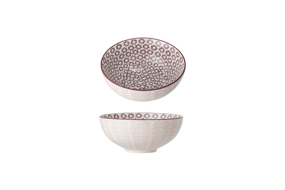 This stoneware salad bowl has as an asset its pretty patterns in shades of pink