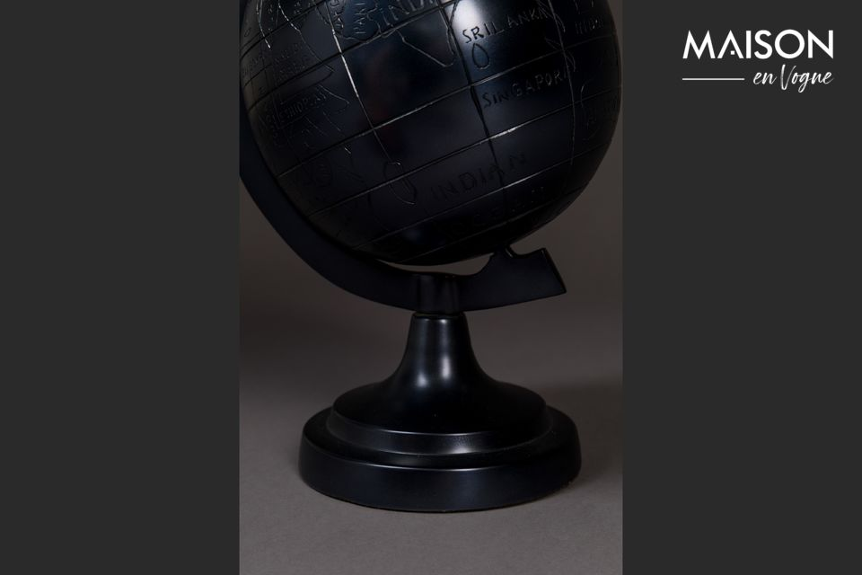 Dutchbone\'s Miles globe offers you to opt for sobriety and originality with this aluminium globe