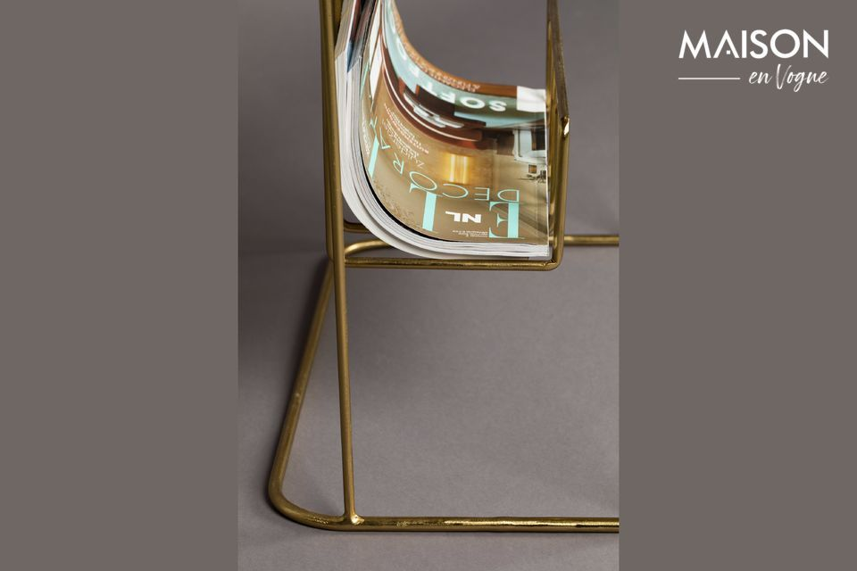 Its very fine metal structure offers a golden hue that echoes its table top
