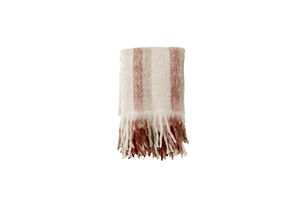 A woollen plaid with stripes and fringes for real cocooning moments