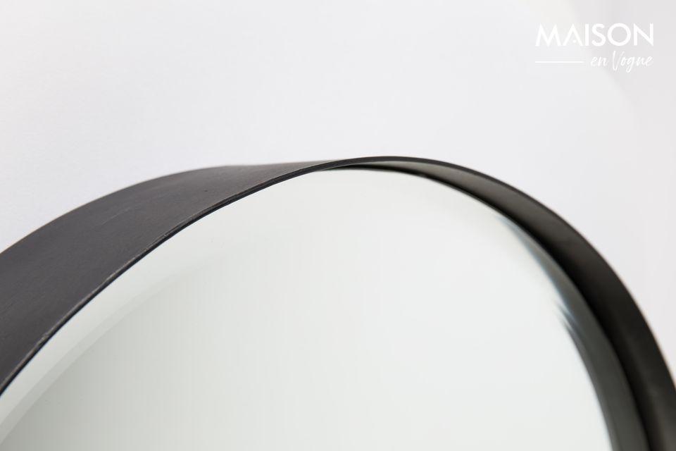 A versatile mirror with a timeless design