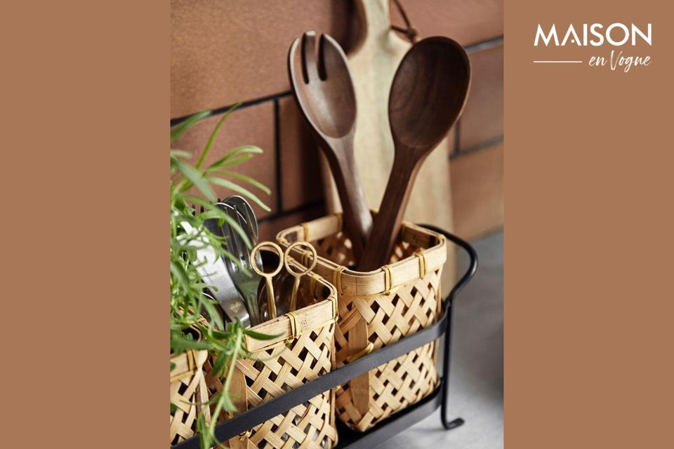 Give your interior an atmosphere resolutely close to nature by placing this wicker basket holder on