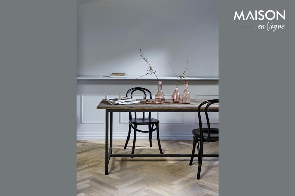 Made of recycled wood, its rustic look is ideal for traditional or contemporary interior styles