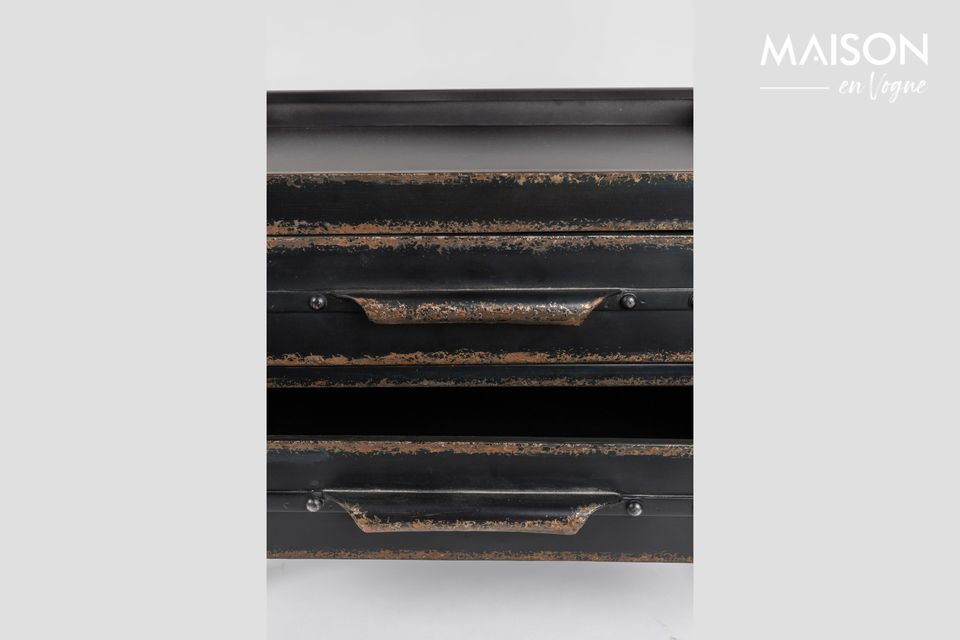Made of metal, it is dressed in aged wax finishes that imitate natural rust