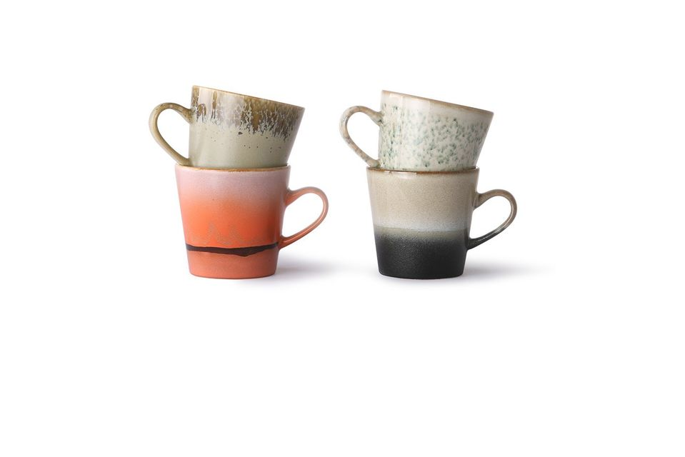 Composed of 4 ceramic mugs, this set seduces with its assorted colours and textured finish
