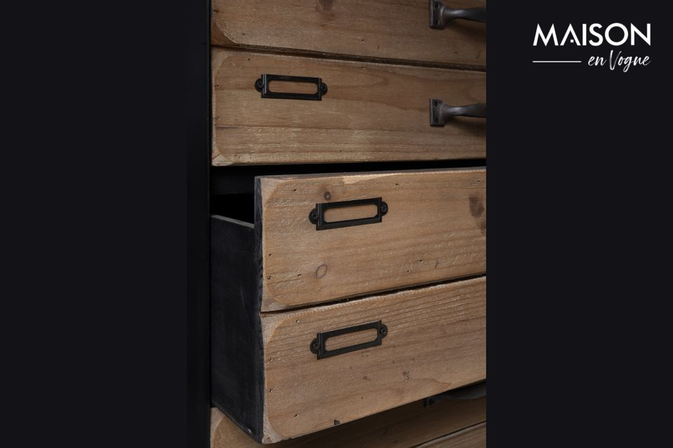 Ideal for storing papers and files, its old school charm will seduce you