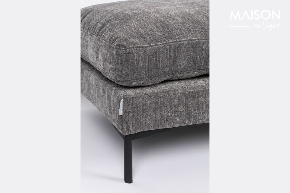 The cover of its two cushions is removable for easy cleaning
