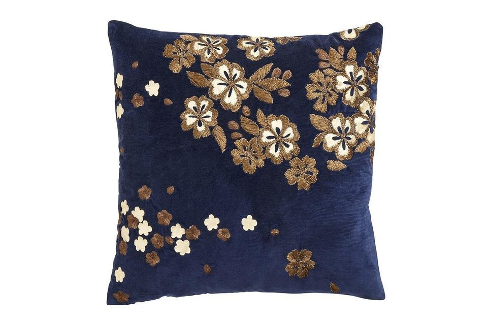 Made of navy blue cotton velvet, this cover brings softness and refinement to your interior